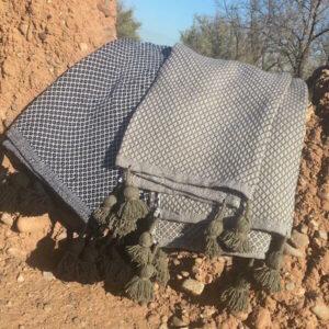 Plaid à pompons motif chevrons noir ou kaki couverture tassels fabrication artisanale