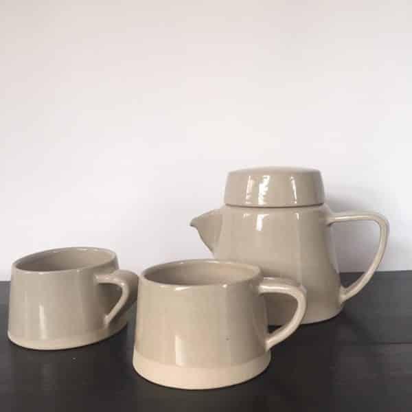 Théière et tasses en grès émaillé beige ton sur ton contraste mat et brillant fait main art de la table