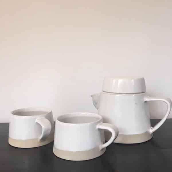 Théière et tasses en grès mat et brillant blanc et beige fait main art de la table