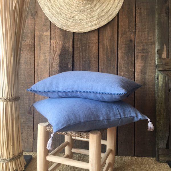 Coussins en lin bleu Orage à pompons linge de maison décoration d'intérieur