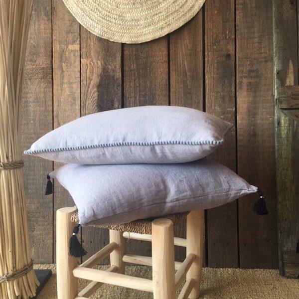 Coussins en lin gris à pompons linge de lit décoration d'intérieur